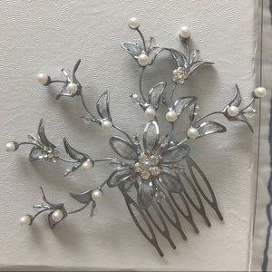 BRIDAL HAIR COMB Metal/Pearl/crystal. Gently used.